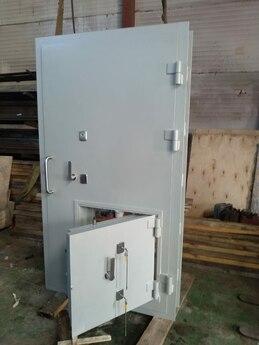 Дверной блок VII класса взломостойкости 1420х2200 мм с решетчатой дверью и люком 600x600 мм