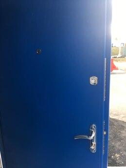 Двустворчатая металлическая дверь